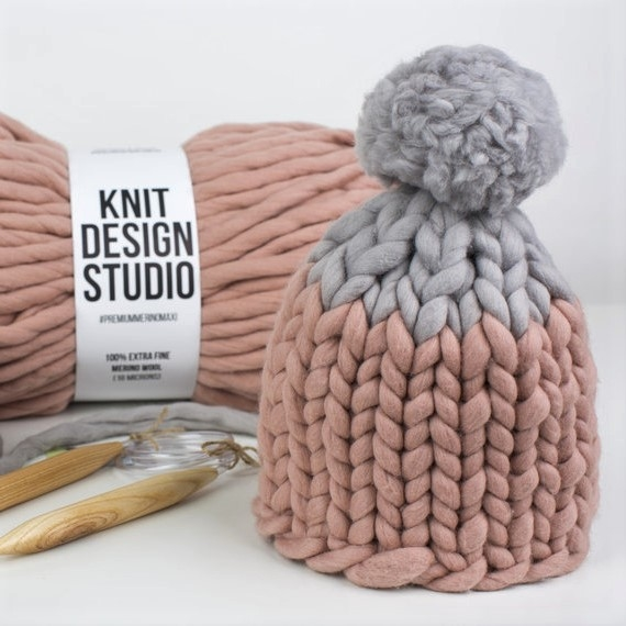 Two-colored Pom Pom MAXI Hat - Knitting Kit – Photo 3